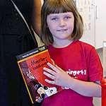 Vera, 6 år, håller i en bok. Foto: Eva Thanner