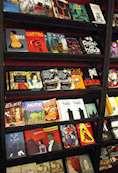 Serieromaner uppställda på bokhylla