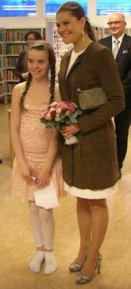 Krinprinsessan Victoria och Ronja Berlin, elev på Örsundsbroskolan