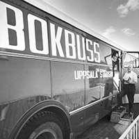 Svartvit bild av Uppsalas biblioteksbuss. Foto: Sturefoto