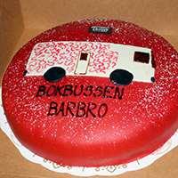 """Tårta med dekoration av bussen samt texten """"Bokbussen Barbro"""" på. Foto: Bibliotek Uppsala"""