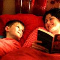 En pojke och mamma som läser. Foto: Sean Dreilinger, Flickr.