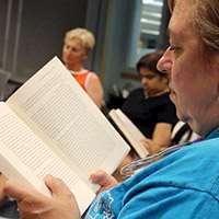 Personer som läser böcker tillsammans. Foto: Longislandwins, Flickr