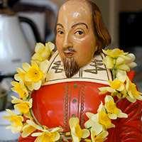 Shakespearefigur med blommor. Foto: Jeremy Tarling, Flickr