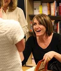 Personer som samtalar över en öppen bok. Foto: Rick Bucich, Flickr