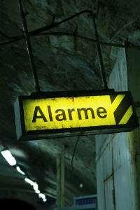 Gul skylt med ordet Alarme. Foto: Hervé Girod
