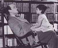 Stieg Trenter med sin dotter i knät