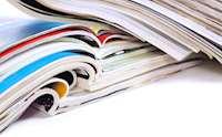 Uppslagna tidningar i två högar.