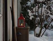 Lykta på farstubro med snö.