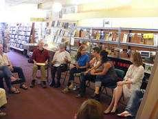 En läsecirkelsgrupp samlade på ett bibliotek