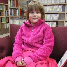 Erika besöker biblioteket i Tierp.