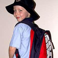 Barn med ryggsäck.