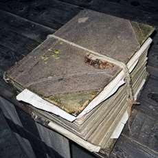 En gammal bok med ett snöre bundet runt.