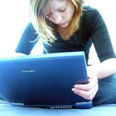 Flicka med bärbar dator.