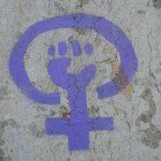 Feministsymbol med knuten näve.