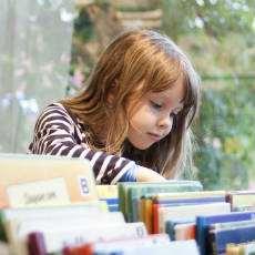 Flicka som letar böcker.