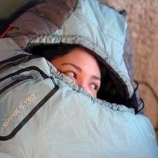 Flicka i sovsäck.