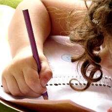 Flicka som skriver.
