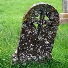 Lutande gravsten.