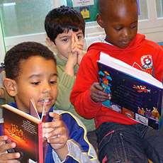 Pojkar som läser böcker.