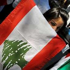 Flick amed libanesisk flagga framför sig.