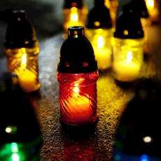 Brinnande ljuslyktor för att uppmärlsamma Förintelsens minnesdag.