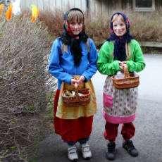 Två flickor utklädda till påskkäringar.