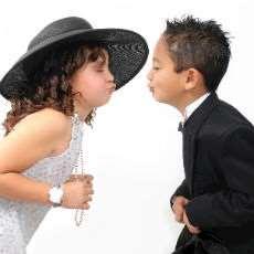 Flicka och pojke som lutar sig fram för att pussas.