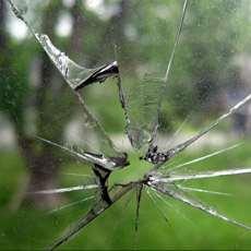 En sprucken fönsterruta.