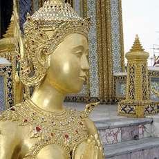 Guldfärgad skulptur utanför the imperial palace i Bangkok.