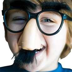 Pojke med glasögon och lösnäsa med mustasch.