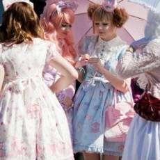 Flickor som deltar i mangakonventet UppCon i Uppsala.