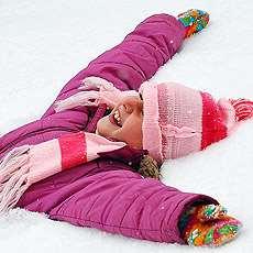 Flicka som ligger i snön. Foto: Imir Kamberi.