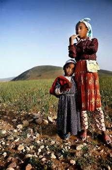 Två berberflickor tittar mot horisonten