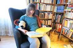 Dorothee Grelle i en läsfåtölj