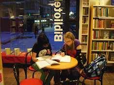 Ungdomar som gör läxor på Brantingsbiblioteket