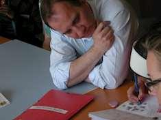 Stefan Löfven läxhjälper på Gottsundabiblioteket