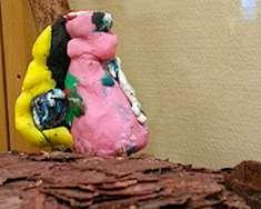 Lerfigurer gjorda av elever i Örbyhus skola. Foto: Linda Laajala, Örbyhus bibliotek