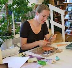 Gabriella pysslar med sax och papper