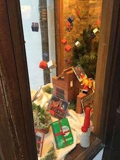 Bild av julfönstret på Östhammars Stadsbibliotek