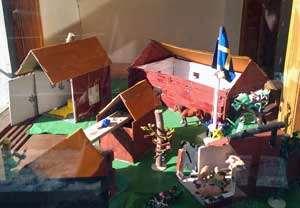 Förskolebarns modell av Emils hem i Katthult.