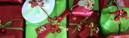 Julklappar inslagna i vackert papper och snören.
