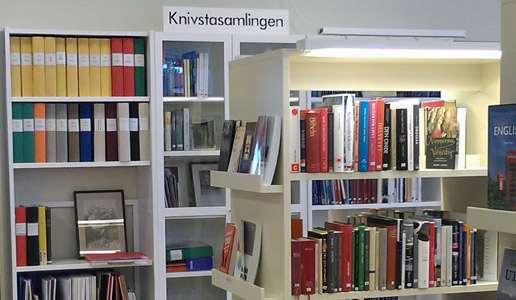 Interiör från Knivsta bibliotek med den lokalhistoriska hyllan Knivsta samlingen.