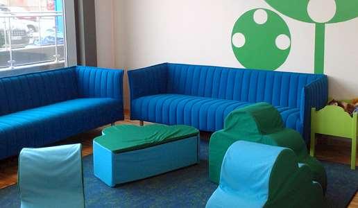 Blå soffgrupp på barnavdelningen på Knivsta bibliotek.