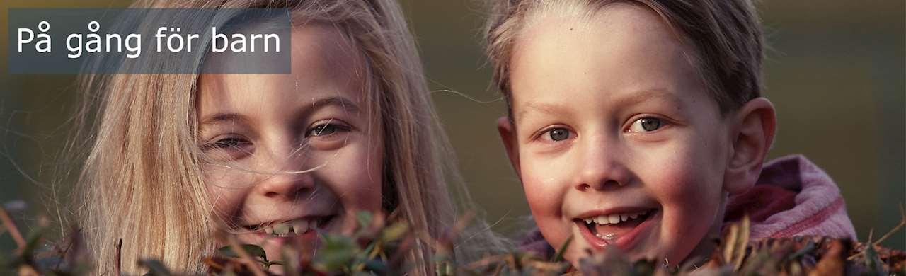 Flicka och pojke som ser glada ut