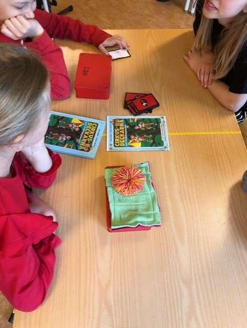 Barn vid ett bord där det ligger böcker
